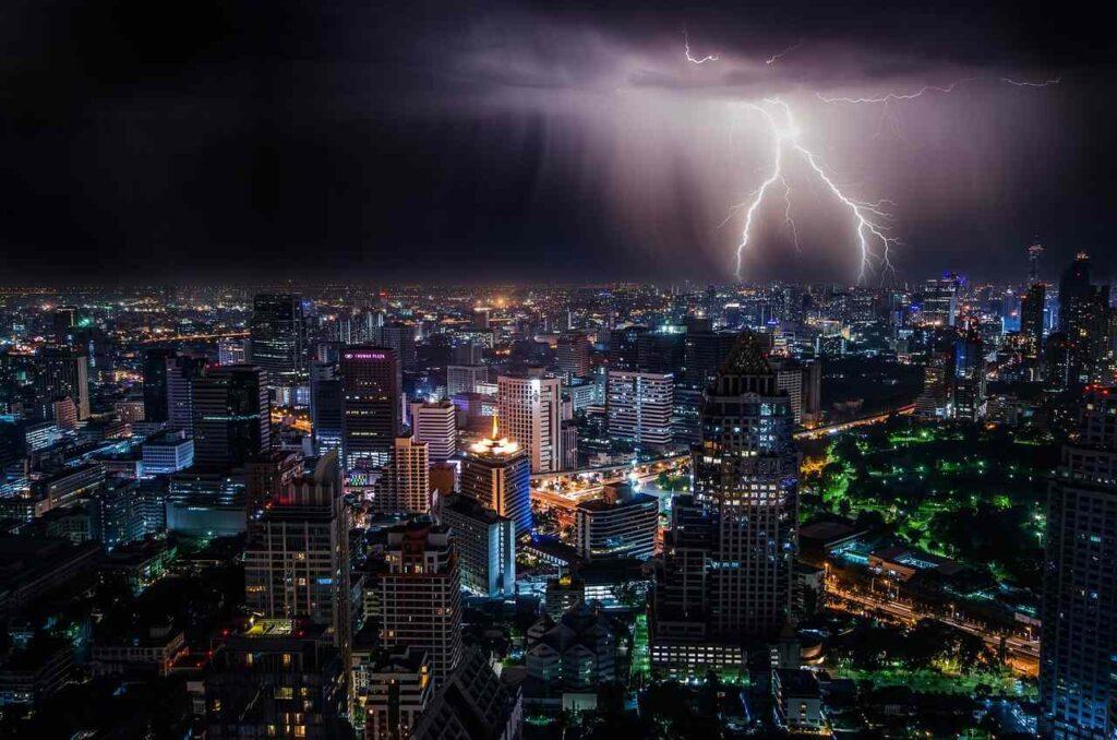 piorun nad miastem