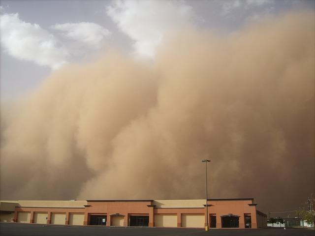burza piaskowa na miastem