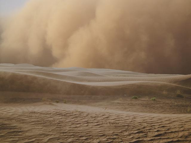 burza piaskowa na pustyni