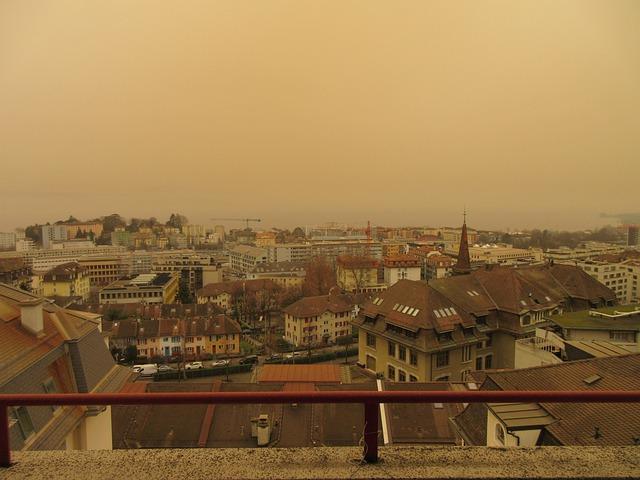 burze piaskowe przechodzące przez miasto